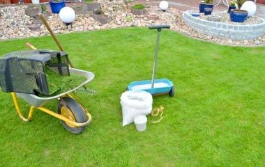 Werkzeuge und Zubehör zum Rasen düngen